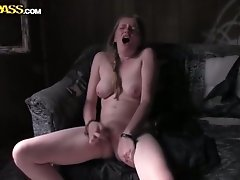 Amateur hussy moans crazily while pounding her cunt with a toy
