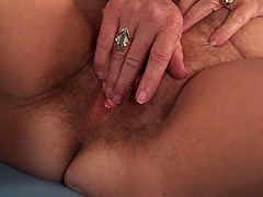 Mature sugar Felice spreads on a sofa to tamper her private part